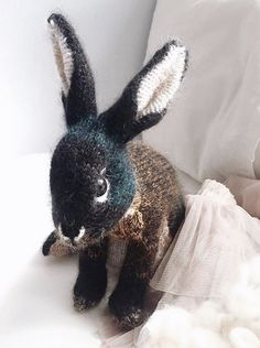 love this bunny rabbit free knitting pattern by Claire Garland of Dot Pebbles. Click through for details on how to knit a bunny rabbit with expert tips from Claire herself as well as other fantastic free knitting patterns you'll love to make Knitted Bunnies, Knitted Animals, Knitted Dolls Free, Free Knitting, Baby Knitting, Knitting Projects, Crochet Projects, Craft Projects, Animal Knitting Patterns