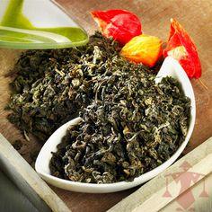 """Das chinesische Wort """"Oolong"""" bedeutet """"schwarzer Drache"""". Hinter diesem Namen verbirgt sich eine halbfermentierte Spezialität, die geschmacklich zwischen Schwarz- und Grüntee liegt."""
