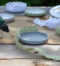 DIY-Idee halbachblog: Anleitung für Kerzenuntersetzer aus Baumwollspitze und Marmeladenglasdeckel, Deckel mit Spitze bekleben