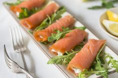 Smoked Salmon Recipes Smoked Salmon – A Healthy Low Carb Diet Choice Smoked Salmon Recipes. Nowadays, many people are turning to fish such as smoked salmon to give a little something extra to… Smoked Salmon Cream Cheese, Smoked Salmon Recipes, Salmon Roll, Salmon Sushi, Easy To Make Appetizers, Appetizer Recipes, Philly Food, Good Foods To Eat, Bacon