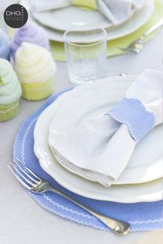 Romantic cupcake DIY for a rustic table setting, pefect for wedding too!   http://www.dyeinghousegallery.com/en/easter-diy-agnese-and-silvias-place-settings/