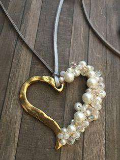 Hermoso choker ajustable en gris y plateado metálico. Corazon alambrado en perlas y cristales. Granos enchapados en oro.  Para envíos internacionales agregue opción de envío: https://www.etsy.com/es/listing/496680732/enviamos-a-todo-el-mundo-envio?ref=shop_home_feat_1  Otros estilos disponibles: https://www.etsy.com/es/your/shops/SimplyMpr/tools/SimplyMpr/es/listings/order:ascending,page:2,stats:true/495246258
