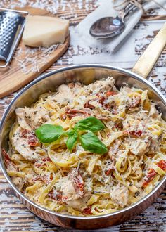 Creamy chicken pasta with sun-dried tomatoes – Mexican Recipe Meat Recipes, Mexican Food Recipes, Chicken Recipes, Cooking Recipes, Ethnic Recipes, Creamy Chicken Pasta, Italy Food, Recipes From Heaven, Main Meals
