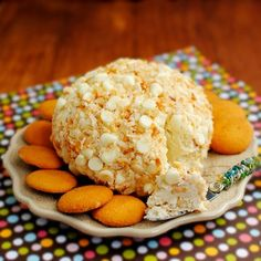 Macadamia Cookie Dough Ball - sweetened, cream cheese-based cheese ball tastes like white chocolate macadamia nut cookie dough with a tropical, toasted coconut twist. Macadamia Cookies, Chocolate Macadamia Nuts, White Chocolate, Chocolate Chips, Just Desserts, Delicious Desserts, Yummy Food, Appetizer Recipes, Dessert Recipes