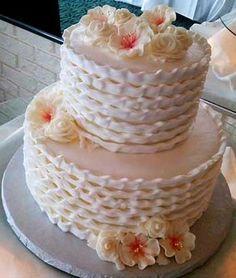 bolo de casamento simples Chantilly #bolocasamentosimples #bolocasamento #casamento #noivado Vanilla Cake, Desserts, Food, Dessert, Red Rose Arrangements, White Frosting, Red Cake, Plain Cake, Tailgate Desserts