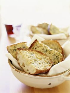 Get ready to never buy store-bought garlic bread again! In just 15 minutes, you can have this delicious, buttery garlic bread ready to be devoured. Water Bread Recipe, Make Garlic Bread, Garlic Butter, How To Make Crisps, Bread Recipes, Cooking Recipes, Copycat Recipes, Cooking The Perfect Steak, Baguette