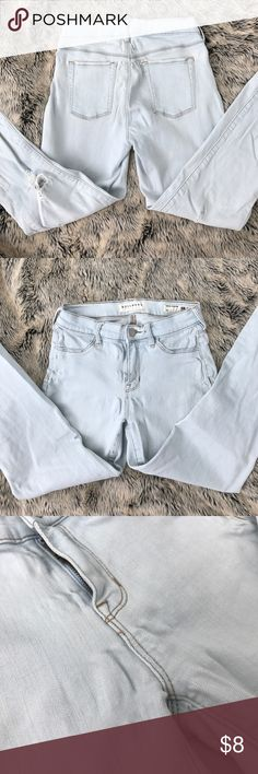 Light blue Pacsun ripped jeans. Very light blue Pacsun jeans. Some signs of wear. A fade mark on the back thigh area, and maternal stretching in middle seam. Size 26. Feel free to offer. PacSun Jeans Skinny
