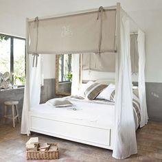 hemelbed van naturel linnen stof voor in de slaapkamer