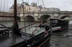 Paris - 6ème arrondissement La Marie Jeanne mouille quai de Conti, devant le Pont Neuf