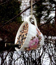 Boho Bonbon: Talipallo kahvikupissa - A coffee cup bird feeder Bird Feeders, Creative Ideas, Coffee Cups, Crafty, Mugs, Future, Tableware, Candy, Diy Creative Ideas