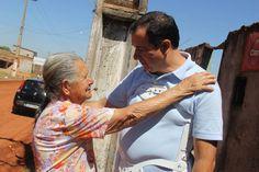 Em sua caminhada, Hildo do Candango conversou com Dona Rosa Maria de 84 anos, moradora há mais de 20 anos em Águas Lindas. Durante a conversa, o prefeito fala das melhorias que chegaram e as que ainda estão por vir no setor 3, destacando as obras de galerias de esgoto e águas pluviais que já foram feitos e também fala do início das obras de asfalto.
