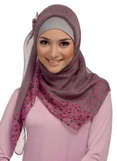 The sweet hijab tie-back style, nice and formal Arab Fashion, Islamic Fashion, Muslim Fashion, Modest Fashion, Beautiful Muslim Women, Beautiful Hijab, Muslim Dress, Hijab Dress, Niqab