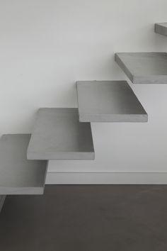 Béton ciré Gris Souris Marius Aurenti, Escalier Design, Beton Design, Concrete Stairs, Modern Love, Floating Nightstand, New Homes, Architecture, Table