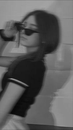 Teen Girl Photography, Self Portrait Photography, Photography Poses Women, Grunge Photography, Cute Poses For Pictures, Cool Girl Pictures, Girl Photos, Photographie Indie, Photographie Portrait Inspiration