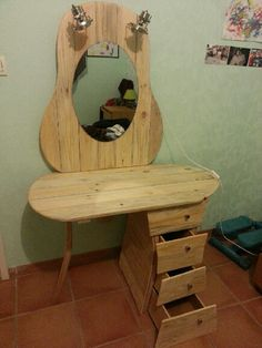 Dressing Pallet Table / Coiffeuse: A beautiful dressing table made with recycled pallets recovered plywood and chair parts! Pallet Dresser, Wooden Pallet Furniture, Wooden Pallets, 1001 Pallets, Pallet Wood, Diy Pallet Projects, Furniture Projects, Wood Projects, Diy Furniture
