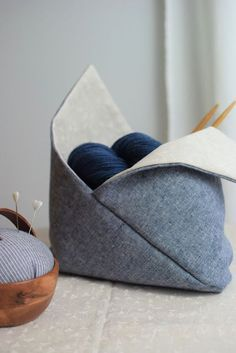 Bentobag - how a simple rectangle becomes beautiful storage (all cherry!) - Bentobag – how a simple rectangle becomes a nice storage - Diy Sewing Projects, Sewing Projects For Beginners, Sewing Tips, Sewing Tutorials, Bento Bag, Diy Beauty Organizer, Pochette Diy, Sewing Spaces, Sewing For Kids