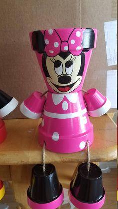 Mickey et Minnie Pot tête peinte à la main. Ceux-ci sont vendus par paire. Si vous êtes intéressé dans une seule Mickey ou Minnie, consultez mon page😊 ces produits sont à la main des pots en argile peinte, transformés en une personne. Tous mes produits sont scellés, cordés et super