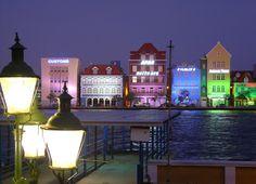 We komen tijdens ons verblijf op Curaçao nog vaak terug in Willemstad, en dan voornamelijk in de avonduren, als de huizen worden verlicht en bij de terrasjes live salsamuziek wordt gespeeld. We gaan van Otrabanda, naar Punda en weer terug. www.myworldisyour... Foto: Otrabanda, Willemstad, Curaçao