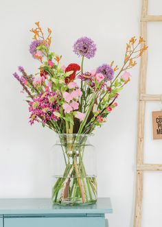 Keurig gerangschikte boeketten zijn passé, veldbloemen boeketten it is! Een grote trend voor je interieur zijn nonchalante boeketten waarbij het lijkt alsof het rechtstreeks uit je tuin is geplukt. Deze bossen bloemen zag ik voor het eerst bij 'Bloomon' maar eerlijk gezegd vind ik ze daar wel prijzig als je elke week een verse bos …Continue Reading...
