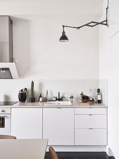 keittiöön uusi järjestys, ei välttämättä yläkaappeja, allas mahd. ikkunan eteen