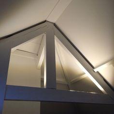 led verlichting op de onderste balk zo situeer je nog meer hoogte en wordt de aandacht op de nok gericht