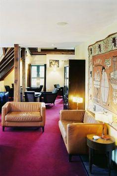 Wintson Lounge -   In der Winston Lounge, im Obergeschoss der Dependance, haben Sie Zeit und Raum, sich einmal zurückzuziehen. Ein Kamin sorgt für ein wahrhaft königlich englisches Hochgefühl. In der Winston Lounge Erdgeschoss finden im Raucherbereich 25 Personen, im Nichtraucherbereich 12 Personen Platz. Das Obergeschoss der Winston Lounge erstreckt sich auf 45m² und ist für 10 Personen ausgelegt.