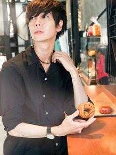 こんにちは✨武蔵です。 GWいかがお過ごしですか✨ カフェでリラックスオープンカラーシャツを着て怒涛