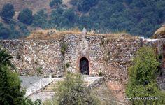 """#Málaga - #Benadalid - Castillo - 36º 36' 18"""" -5º 16' 12"""" / 36.605000, -5.270000  Fuera del casco urbano se encuentra un viejo castillo árabe de torres cilíndricas mochas en cuyo interior está el cementerio."""
