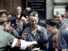 Woman hands cigarettes to Nationalist Polish Volunteers During Warsaw Uprising 1944 : HistoryPorn Poland Ww2, Warsaw Uprising, Warsaw Ghetto, History Magazine, War Of 1812, Today In History, Battle Of Britain, American War, Me On A Map