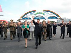 El 25 de julio, los medios estatales de Corea del Norte informaron por primera vez que Kim Jong-un estaba casado con Ri Sol-ju. Ri, de quien se cree que tiene veintitantos años y a quien se había visto acompañando a Kim en varias ocasiones, antes del anuncio. Kim Jong-Un y Ri Sol-Ju aparecen en la imagen durante la inauguración del parque de atracciones de Rungna, el mismo día 25 de julio.