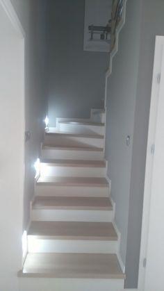 Wnętrza, Przedpokój i schody - Mały wiatrołap 2 m na m i wąska klatka schodowa