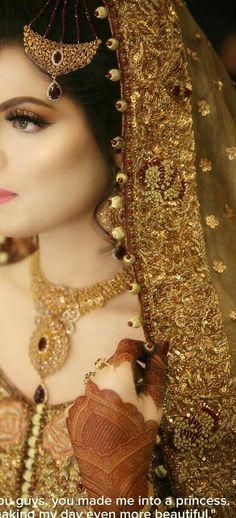 Ideen Hochzeit Make-up Glitter Brides - Wedding Makeup Classic Pakistani Bridal Makeup, Pakistani Wedding Outfits, Bridal Outfits, Bridal Lehenga, Lehenga Choli, Saree Wedding, Pakistani Dresses, Indian Outfits, Desi Bride