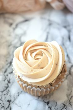 Easy recipe to make peanut butter cupcakes. Vanilla cupcake with peanut butter buttercream perfect snack! | carmelapop.com