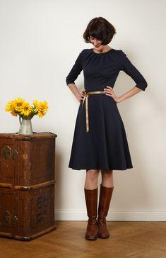 """V-Ausschnitt und ne Tasche im Rock und es ist meins, meins, meins!   Kleid """"Luzia"""" mit Tellerrock in edlem marineblau von Jekyll und Kleid auf DaWanda.com"""
