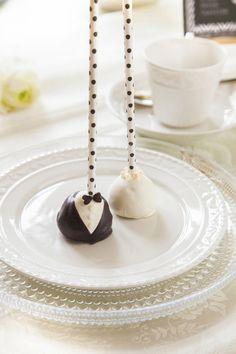 KuKu Hochzeit Namensschild 302 3 9 570x855 Hochzeit mit Torte nach Schwarz Weiß Wälder Art