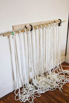 Excellent tut on how to make a macrame door curtain. The instructions are in Greek but the pics are really easy to follow. Πώς να φτιάξετε κουρτίνα μακραμέ! | Φτιάξτο μόνος σου
