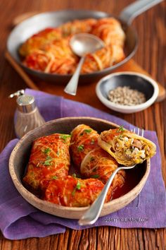 Stuffed cabbage leaves with lentils and feta cheese Banh Bao Recipe, Golabki Recipe, Asian Buns, Veggie Recipes, Healthy Recipes, Plat Simple, Cabbage Leaves, Stuffing Recipes, Salad Bowls