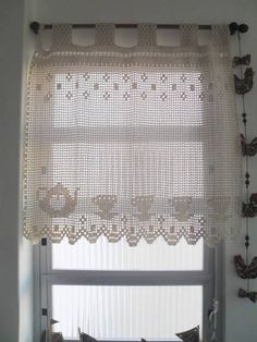 Cortina artesanal, confeccionada sob medida, em barbante na cor crú. Pode ser confeccionada em linha e na cor desejada Crochet Curtain Pattern, Crochet Curtains, Crochet Cushions, Curtain Patterns, Crochet Doilies, Crochet Chart, Thread Crochet, Crochet Patterns, Loom Patterns