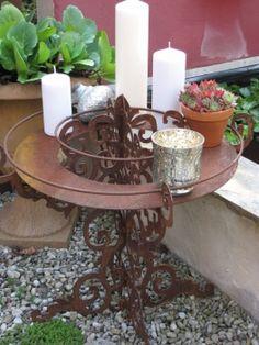 Edelrost Kerzenständer Versailles  Eine tolle Bereicherung für jeden Tisch oder für gesellige Abende ist unser Edelrost Kerzenständer Versailles.  Barocke Schönheit trifft auf rustikales Design und lässt den Kerzenständer zu einer ganz besonderen Dekoration werden.  Der Kerzenständer steht sicher auf seinen 4 Füßen und kann mit diversen Kerzen und anderen Dekoelementen im oberen Bereich verschönert werden. Der eingearbeitete Ring lässt keine Wünsche offen und bietet viel Raum für die eigene Krea Versailles, Garden Angels, Home Decor, Rustic Design, Blacksmithing, Dekoration, Baroque, Chandeliers, Tools