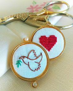 """12 curtidas, 1 comentários - Um Pontinho (@umpontinhobordados) no Instagram: """"Paz e amor!     #umpontinho #dia71 #100diasdebordado #embroidery #bordado #artesanal…"""""""