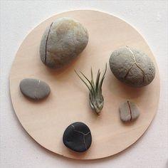 自然にヒビが入った浜辺の石を金継ぎで縫い合わせた作品 SEW…
