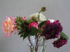 Landelijke bloemen in glazen vazen.