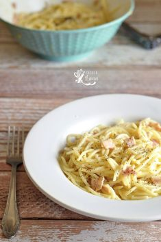 Paste carbonara, reteta simpla, savuroasa, satioasa dar lejera, perfecta in maxim un sfert de ora Caesar Pasta Salads, Pasta Carbonara, European Cuisine, Cake Boss, I Want To Eat, Weeknight Meals, Lasagna, Healthy Recipes, Healthy Food