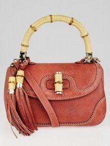 Gucci的红色鹅卵石皮革新竹手提包