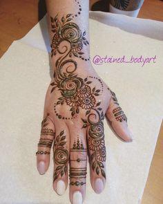 Stained - henna artist in Tampa Florida for bridal mehndi , henna tattoo , and henna design ebooks for the henna community. Henna Hand Designs, Mehndi Designs 2018, Beautiful Henna Designs, Mehandi Designs, Simple Henna Tattoo, Tattoo Henna, Henna Mehndi, Arabic Henna, Finger Henna
