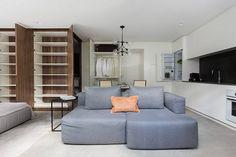 Com espaços desenhados nos mínimos detalhes, o apartamento tem layout integrado e se divide visualmente em dois blocos