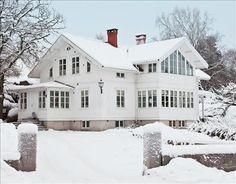 Resultatet är en ljus och sparsmakad miljö med noga utvalda föremål. Huset är lika vitt inne som ute. Gråvita väggar, vita tak och vitoljade furugolv samverkar till en varm och lugn miljö, där varje möbel och inredningsdetalj får tala ostört. En inredningsfilosofi som förvånar med tanke på att husets ägarinna driver bolaget Grönbackens interiör, som säljer gamla franska möbler och linne inköpta på resor i Frankrike och Belgien.