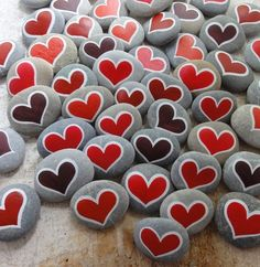 Painted hearts on rocks Heart Painting, Stone Painting, Crafty Projects, Projects To Try, Crafts For Kids, Arts And Crafts, Rock Painting Patterns, Sharpie Art, Stone Crafts