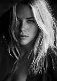 Foto Portrait, Female Portrait, Portrait Photography, Photography Lighting, Portrait Lighting, Digital Photography, Dark Portrait, Inspiring Photography, Flash Photography