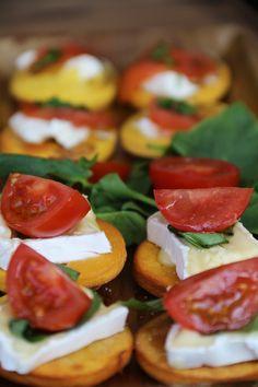 Canapé de Sopaipilla con Queso Camembert, Tomate y Albahaca